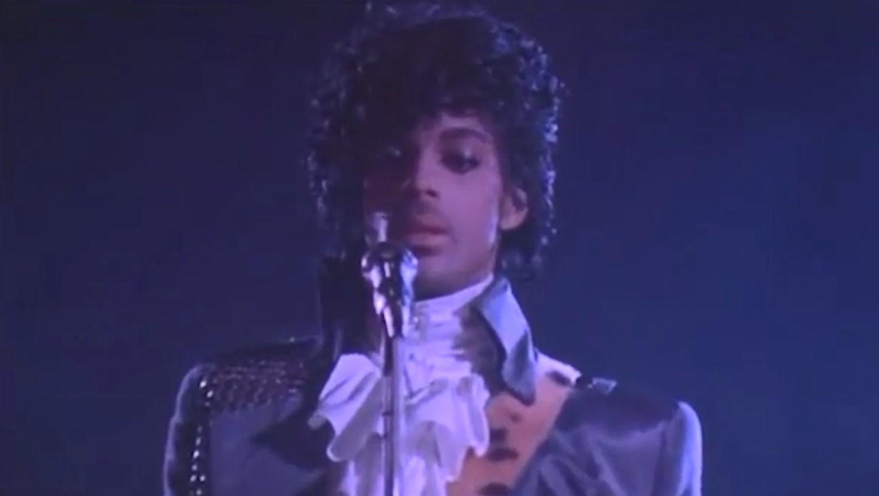 Këngëtari Prince merr doktoraturën për letërsi