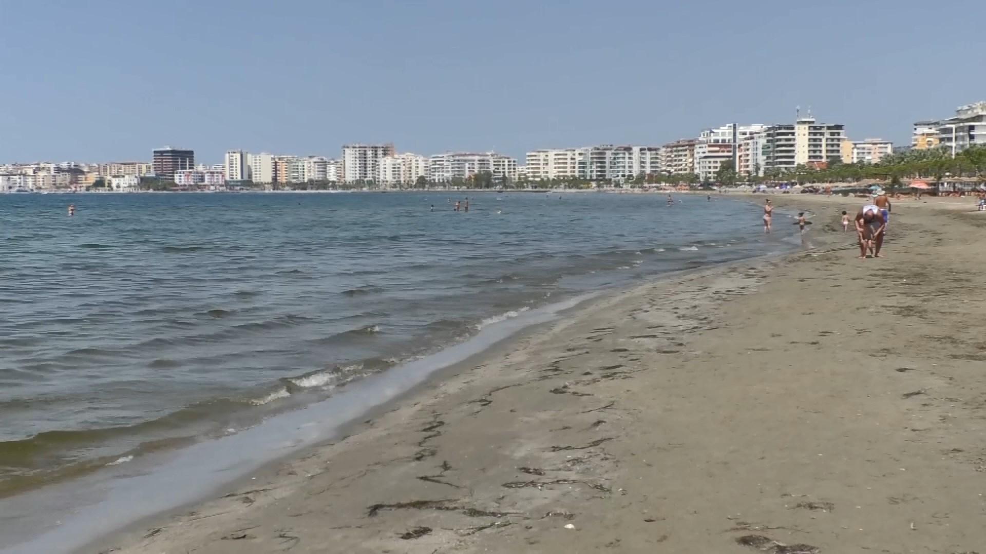 Temperaturat e larta, pushuesit nuk i largohen Vlorës edhe në shtator