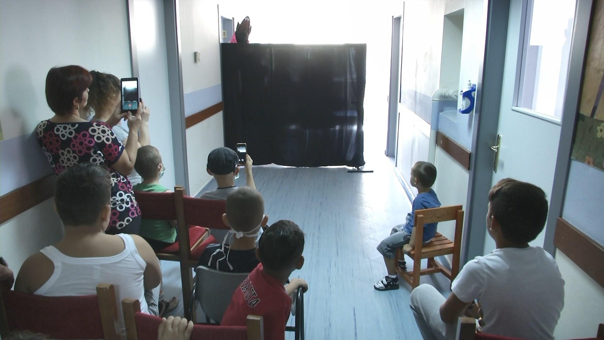 """Teatri i Kukullave e nis sezonin në Pediatri me shfaqjen """"Kësulkuqja"""""""