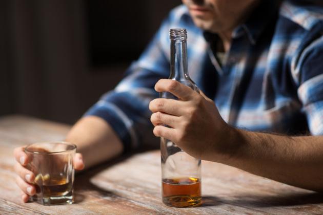 Një në 20 persona në botë humb jetën nga alkooli