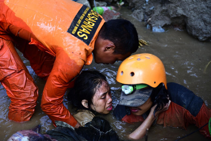 Në garë me kohën për të shpëtuar të mbijetuarit (video+foto)