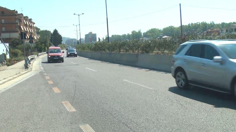 Mungesa e mbikalimeve, banorët rrezikojnë kur kalojnë rrugën