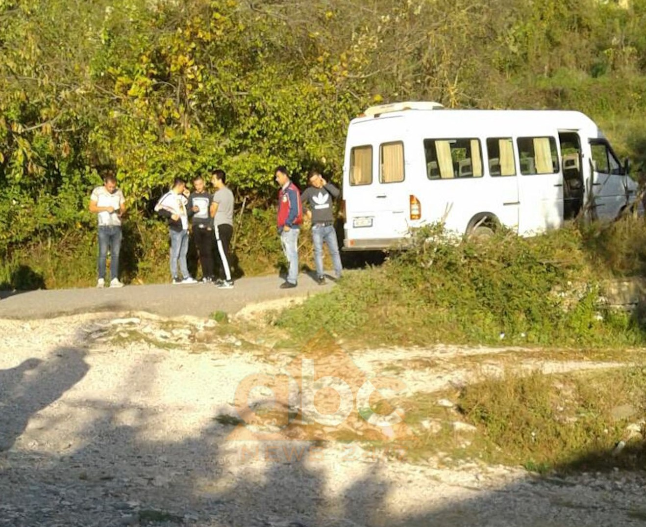 Elbasan, nxënësit nuk kanë transport, bllokojnë furgonin e mësuesve