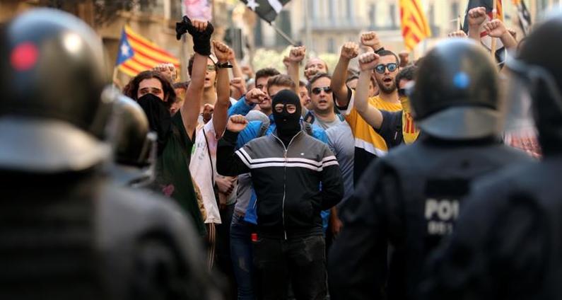 Spanjë, separatistët katalanas bllokojnë rrugë, autostrada dhe trena