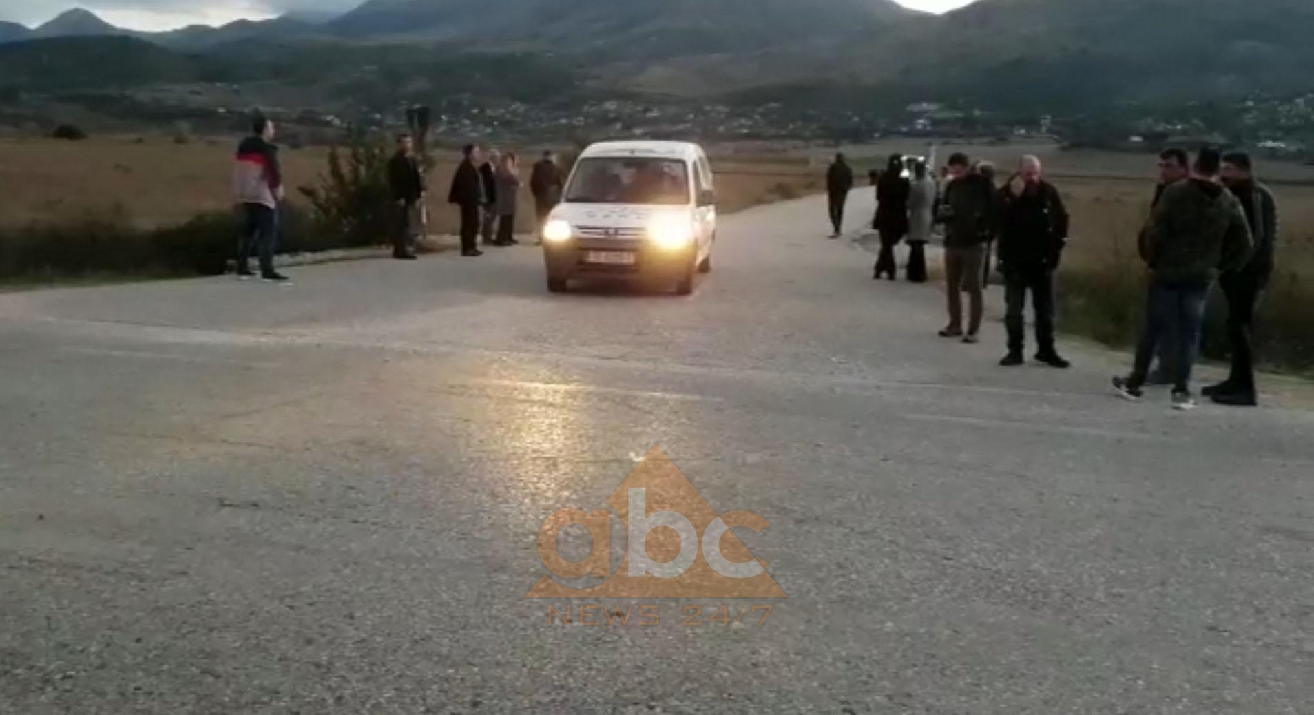 Bllokuan rrugën që lidh Bularatin me Gjirokastër- Kakavijë, shoqërohen dy grekë
