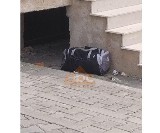 Çantë e dyshimtë poshtë kompleksit në Tiranë (Foto)