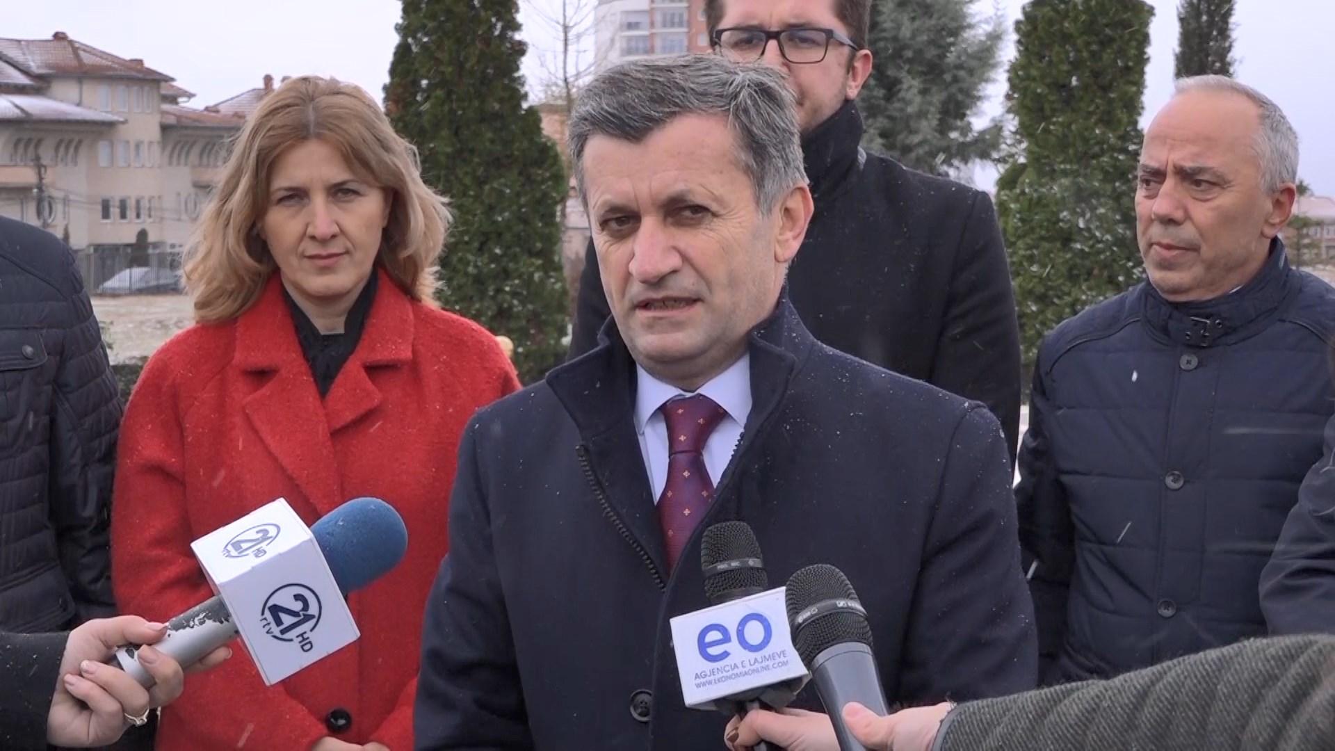 Liderët politikë në Kosovë homazhe në ditën e Festës së Flamurit