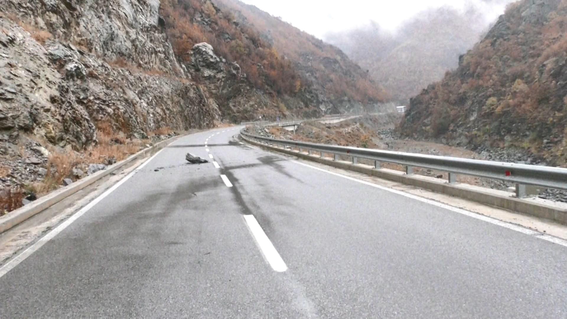 Reshjet në Kukës, rrëshqitje gurësh dhe bllokim rrugësh