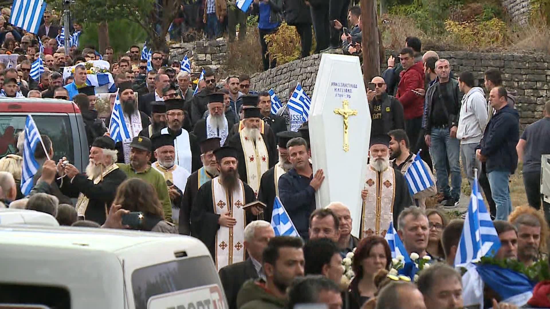 Ceremonia mortore e Kostandinos Kaçifas, vijnë 8 autobusë nga Greqia
