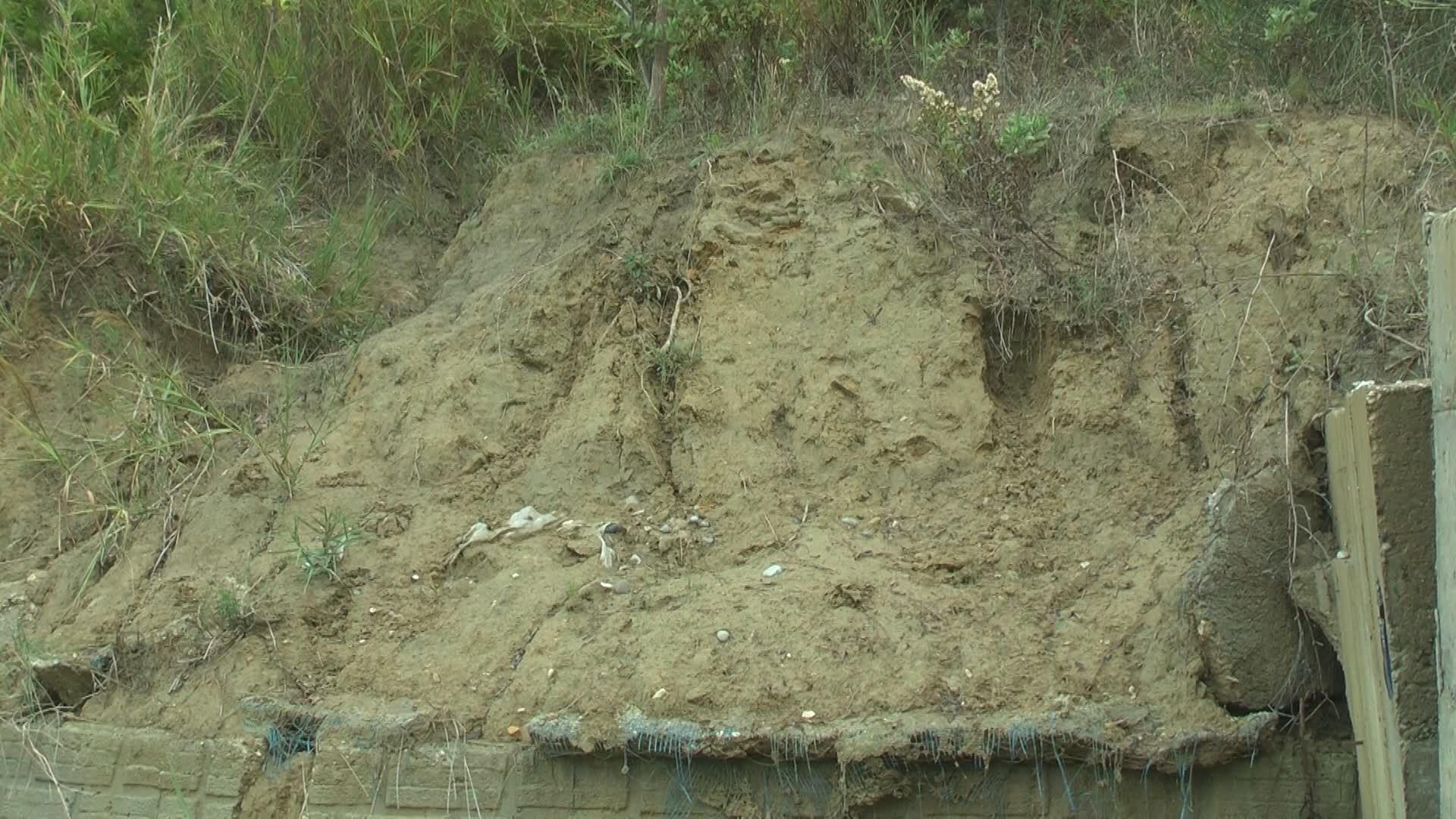 Nisin rrëshqitjet e tokës në Kodër Currila, erozioni rrezikon zonën