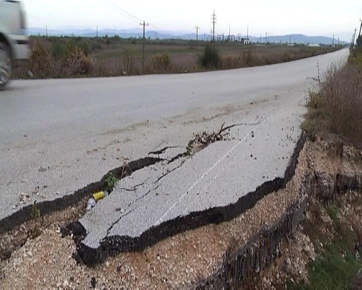 Shembet një pjesë e rruge nacionale Lushnje-Divjakë