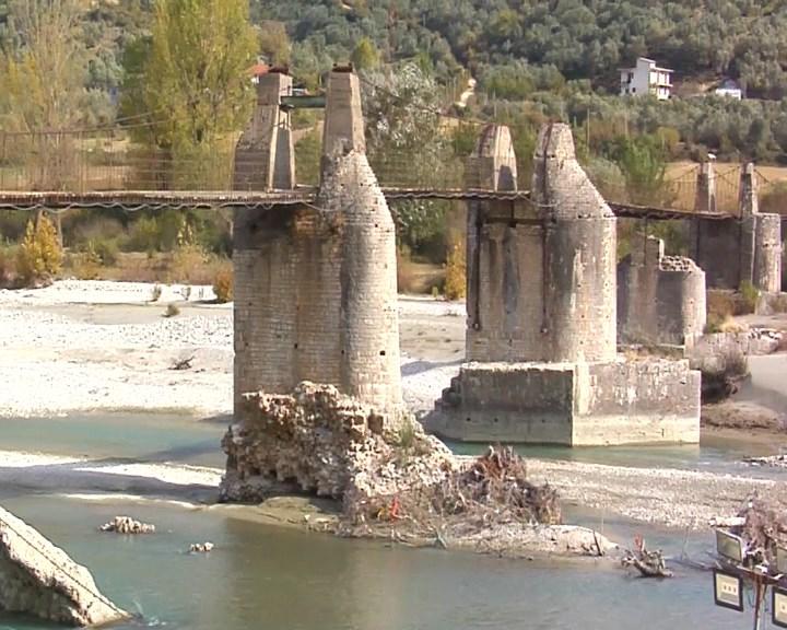 Dëmtohet ura e periudhës romake në Tepelenë