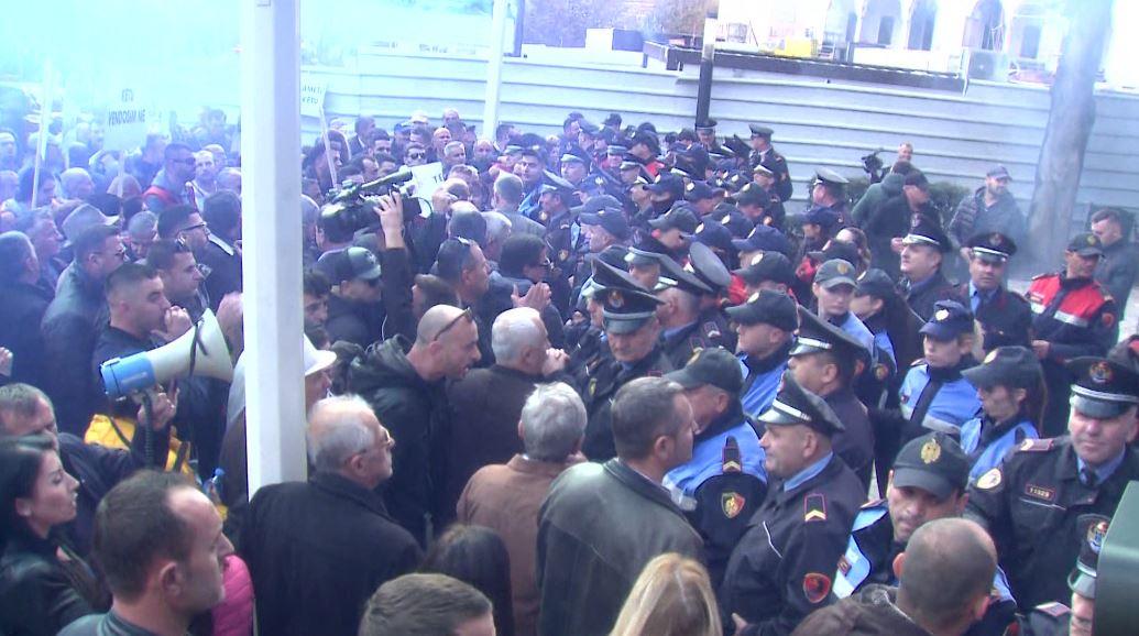 Përgjaket protesta, banorët e Unazës përplasen me policinë