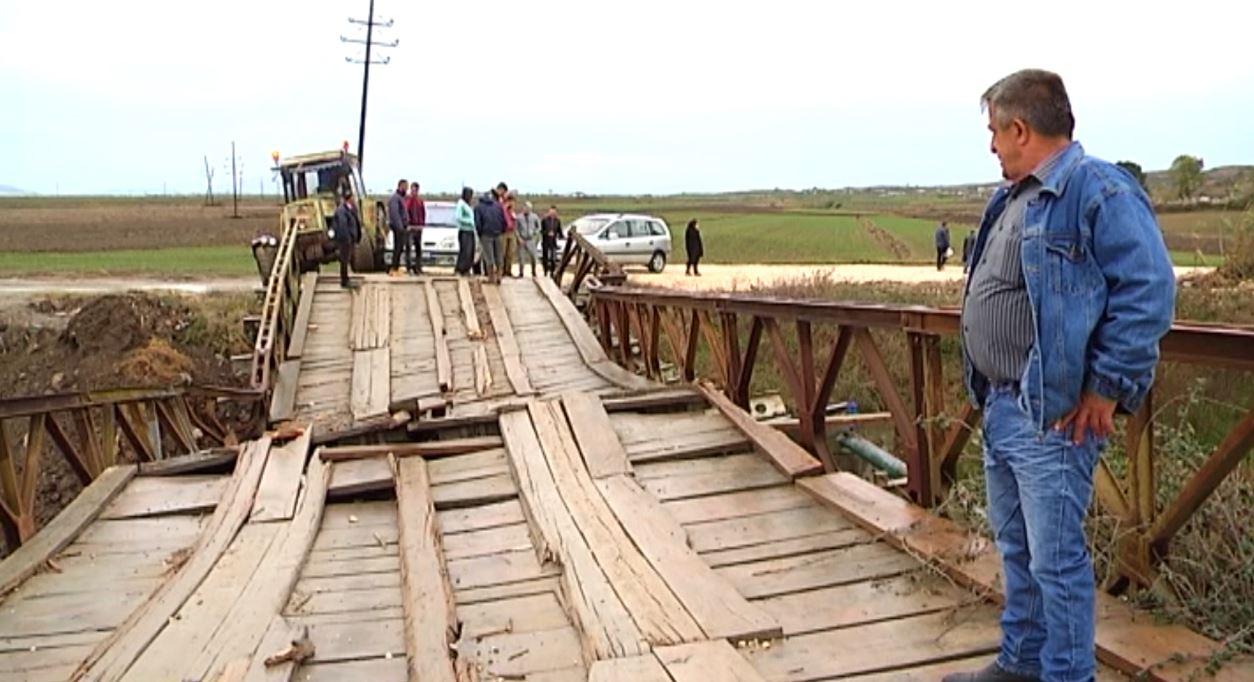 Divjakë, shembet ura që lidh fshatrat