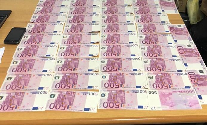 Tiranë, arrestohet 37 vjeçari me 20.500 Euro të falsifikuara