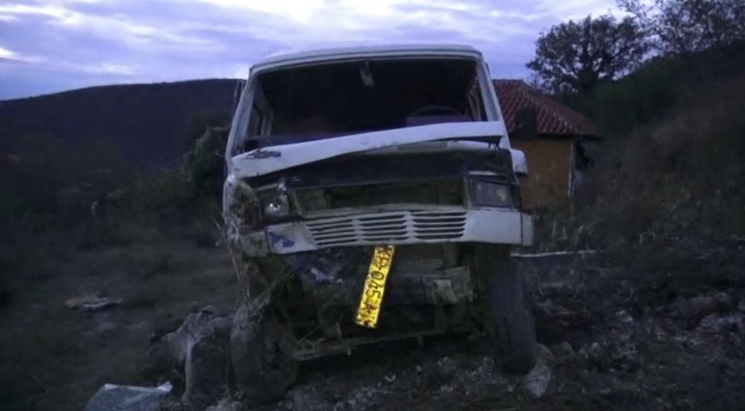 Aksidenti me dy viktima, shoferi humbi ndjenjat në kthesë