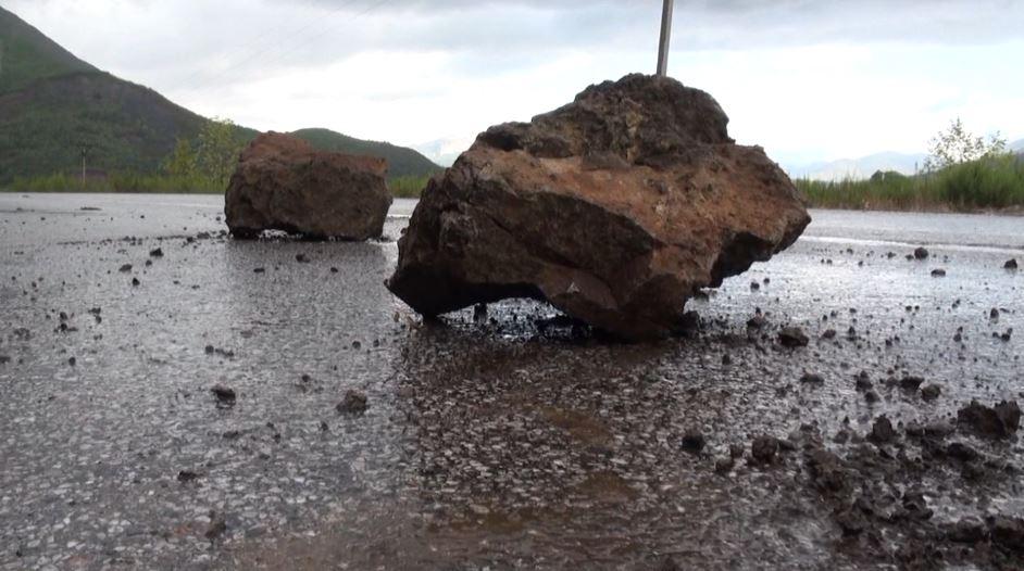 Reshjet në Elbasan, rrëshqitje gurësh dhe inertesh nëpër rrugë