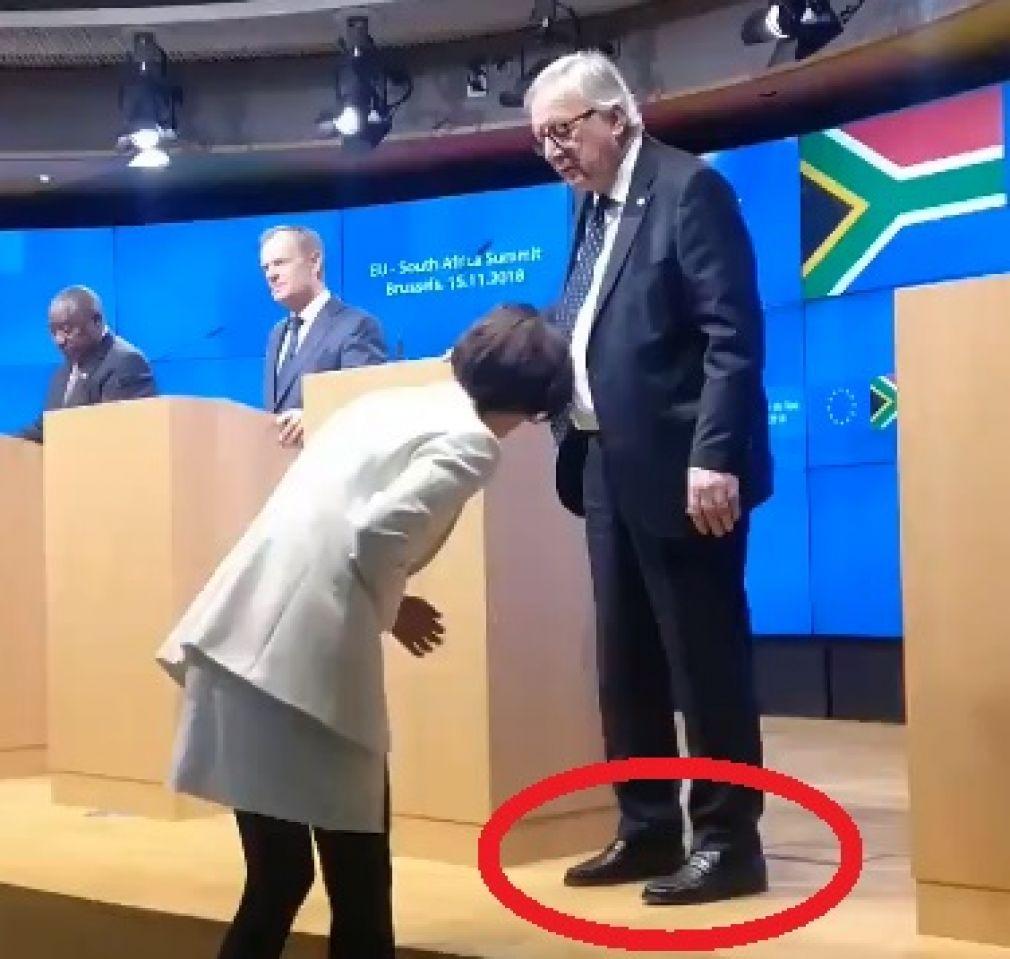 Jean-Claude Juncker në konferencë me kepucë të ndryshme