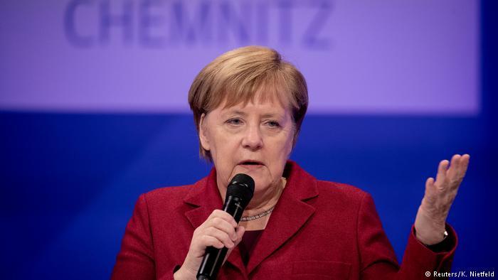 Kritika Merkelit për politikën ndaj refugjatëve