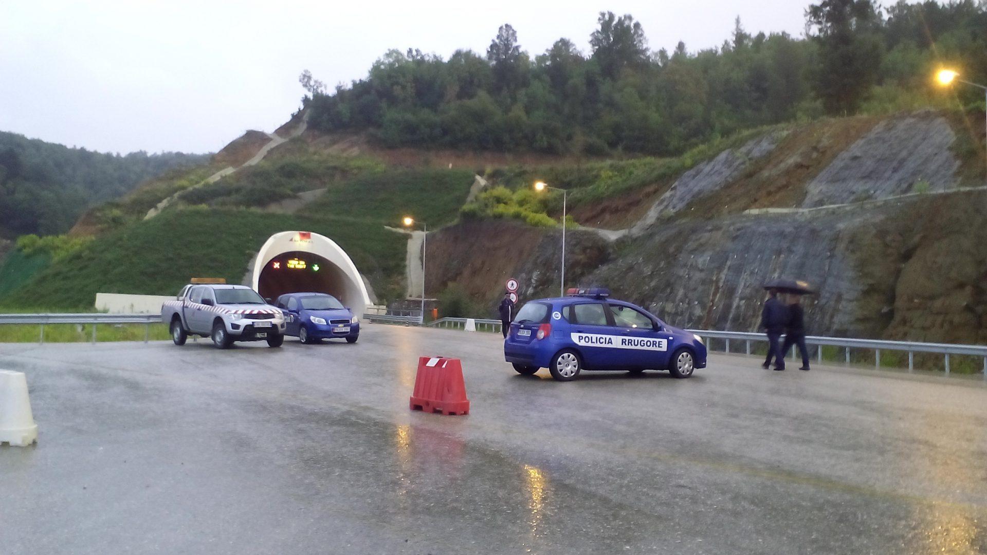 Aksident pranë tunelit në rrugën Elbasan – Tiranë, plagosen dy persona