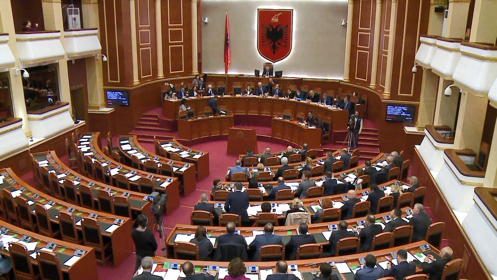 Opozita rikthehet në Kuvend për studentët dhe vetingun e politikanëve