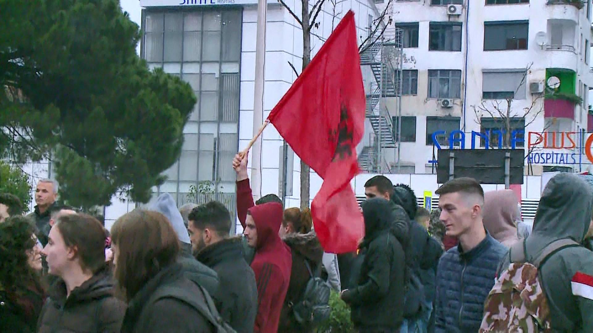 Studentët zhvendosin protestën, bllokojnë për 2 orë Zogun e zi