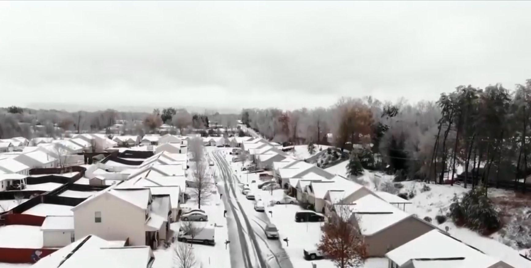 Stuhia e dëborës përfshin SHBA, 1 i vdekur dhe 60 aksidente rrugore