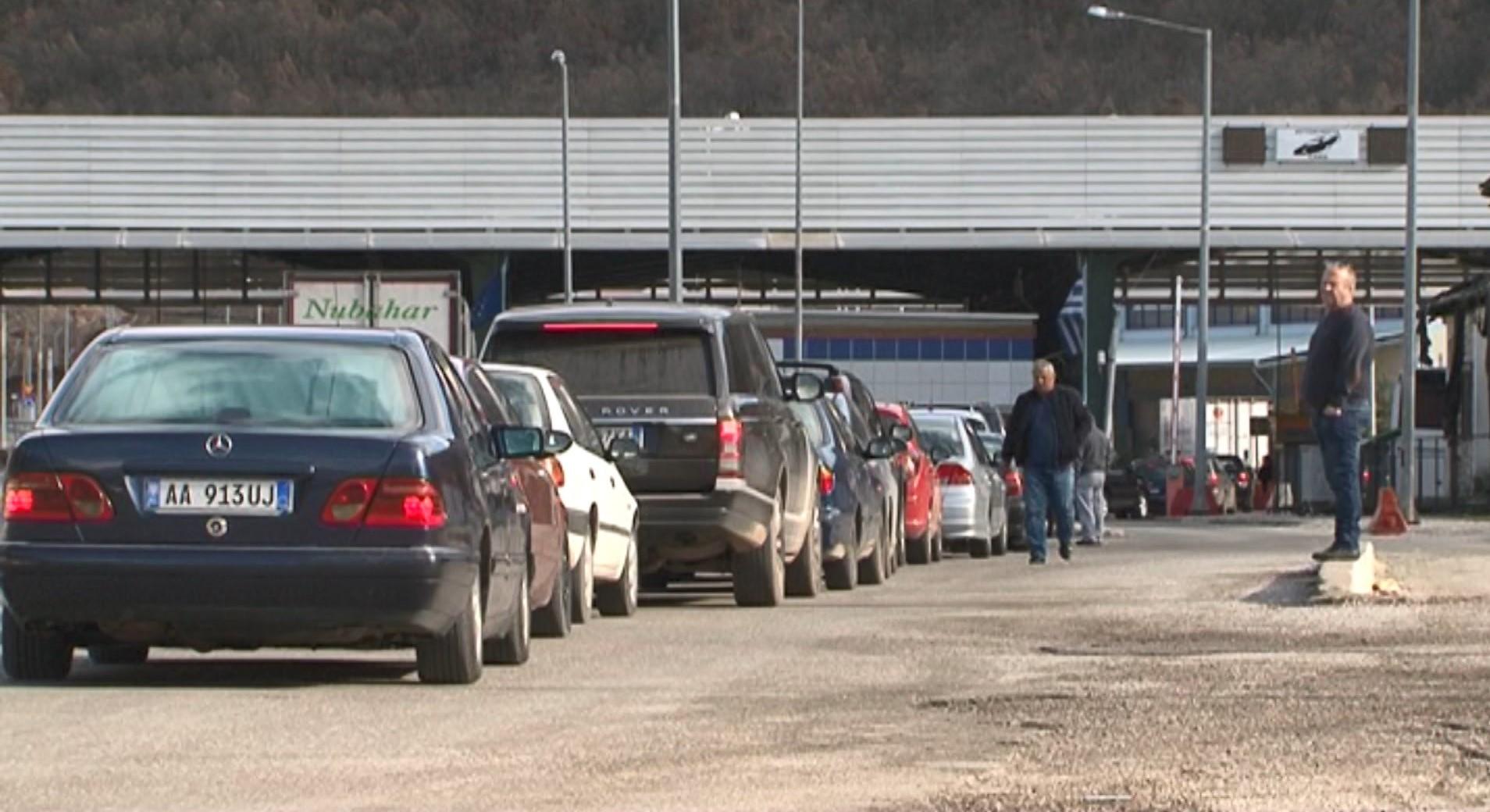 Rikthehet kaosi në Kapshticë, autobusët në radhë prej orëve të para të mëngjesit