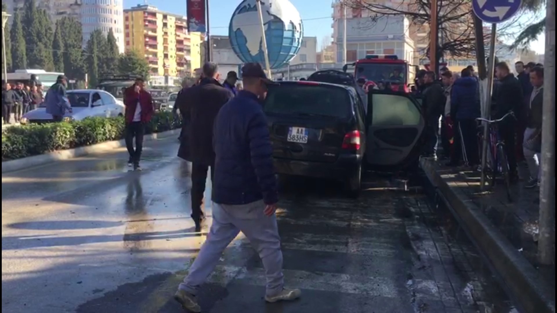 Makina mori flakë në lëvizje në Fier, shpëtoi drejtuesi