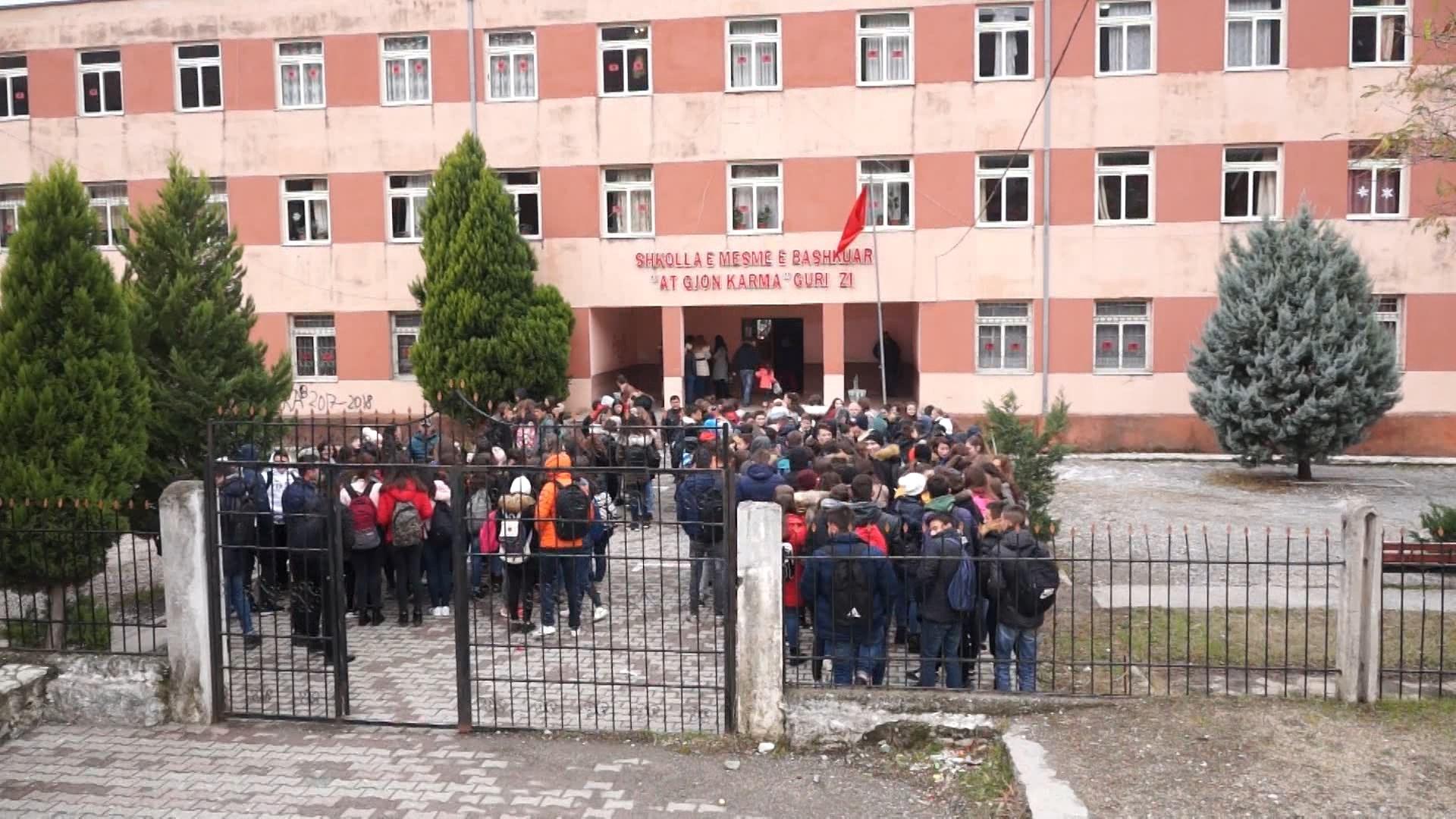 """Gjimnazi """"At Gjon Karma"""" në Shkodër proteston për mungesën e kushteve"""