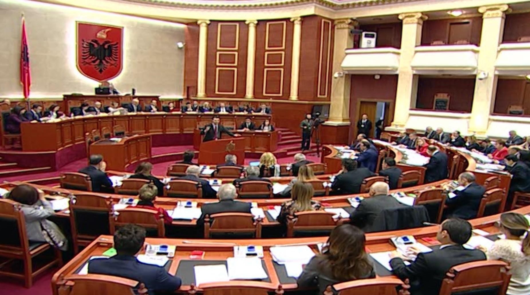 """Opozita """"liron"""" sallën e Kuvendit"""