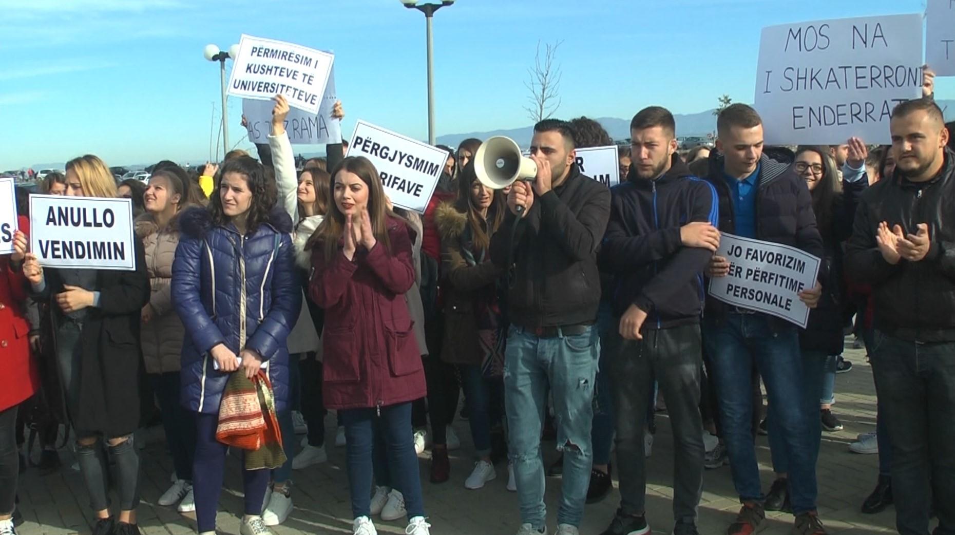 Studentët në të gjithë vendin në protestë