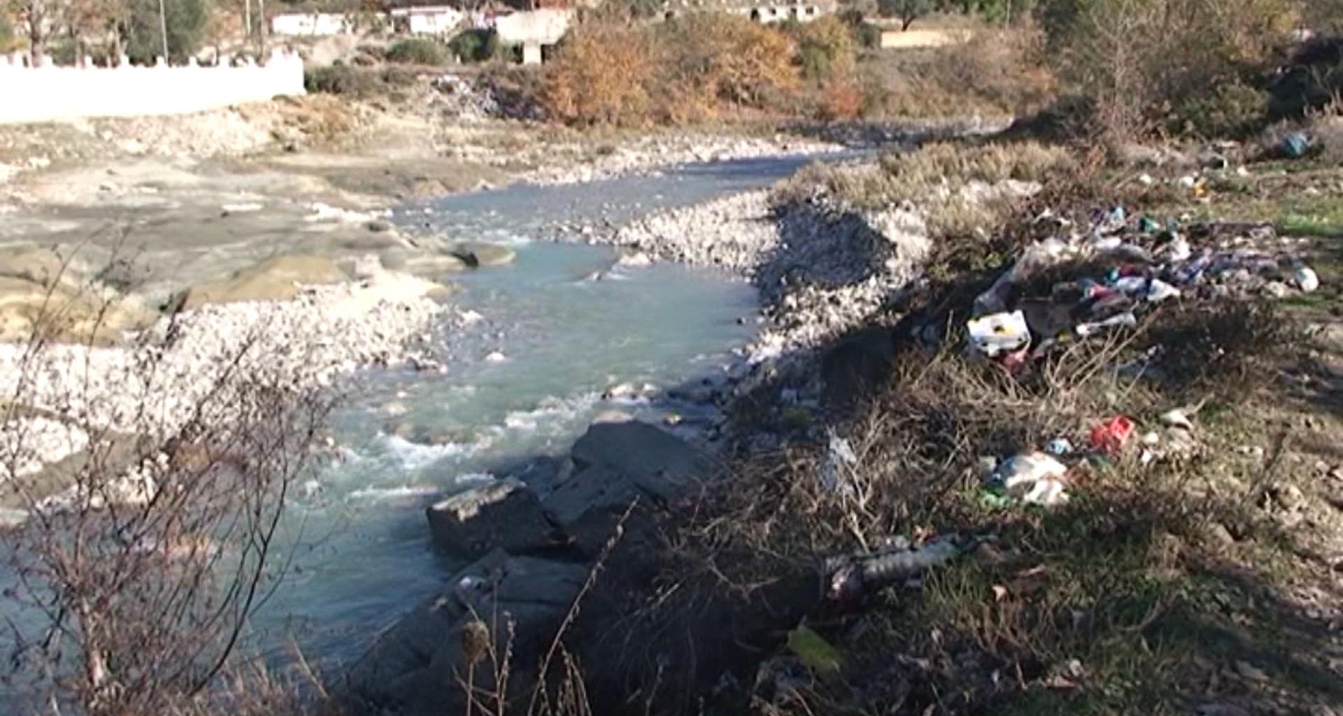 Erozioni në lumin Drojë le pa rrugë banorët e fshatrave