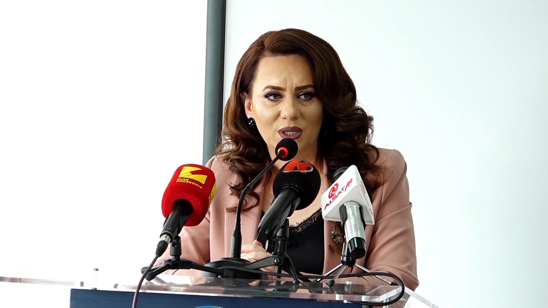 """""""Të jesh shqiptar"""", Fatjona Geci prezanton librin ri"""