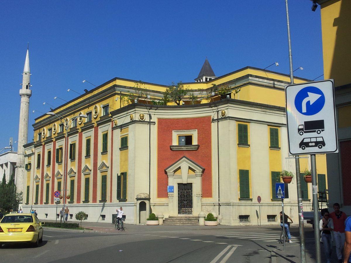 Bashkia e Tiranës fal tarifën për hapësirën publike (Përfituesit)