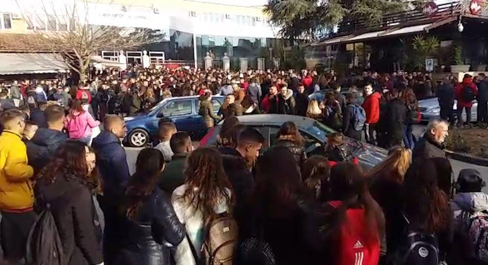 Elbasan, gjimnazistët u bashkohen studentëve