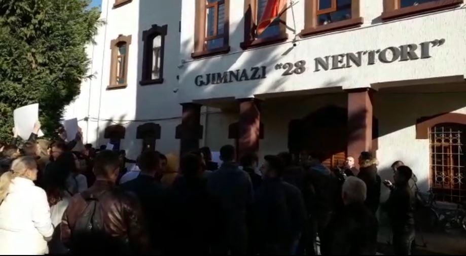 Studentët e Shkodrës protestojnë para gjimnazeve (Video)