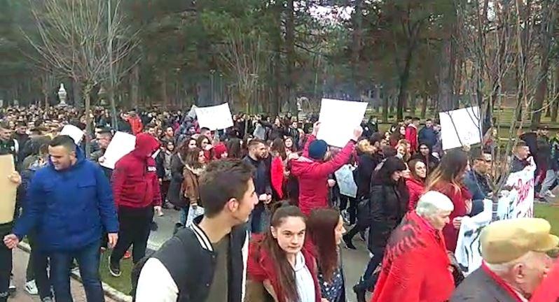 Korçë, studentët dhe gjimnazistët në protestë masive