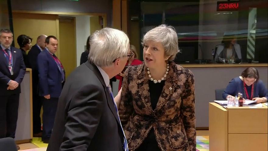 Grindja mes May dhe Juncker