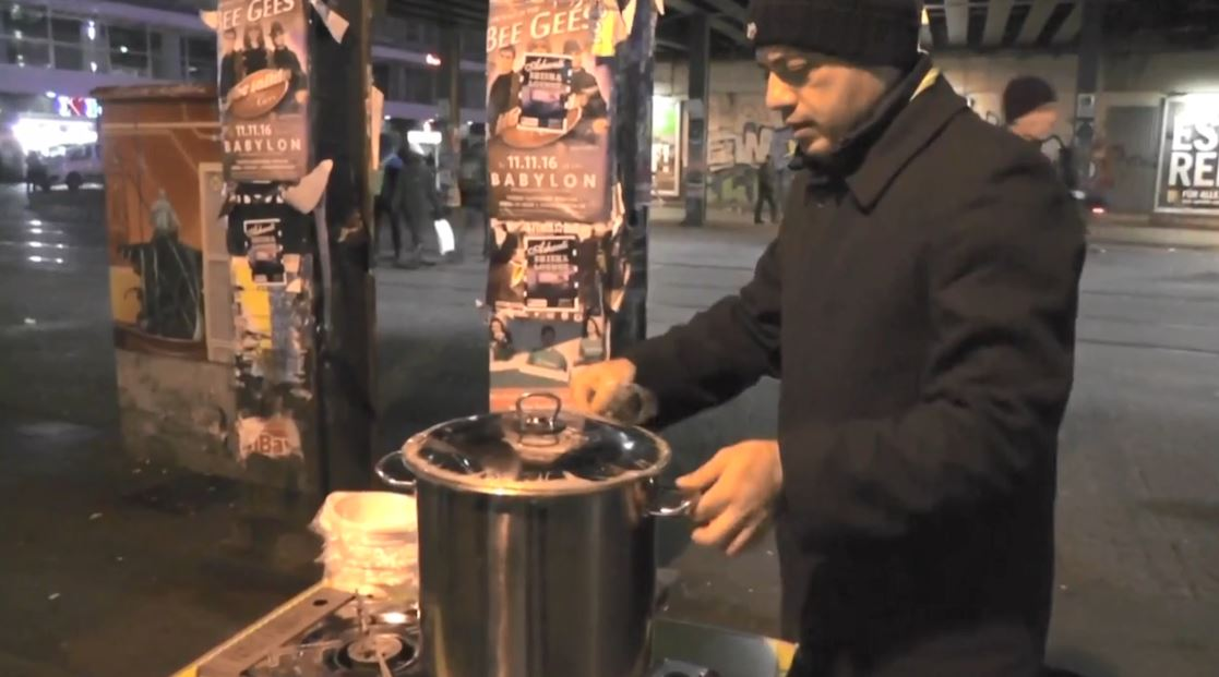 Berlin, refugjati sirian u jep për të ngrënë gjermanëve të pastrehë