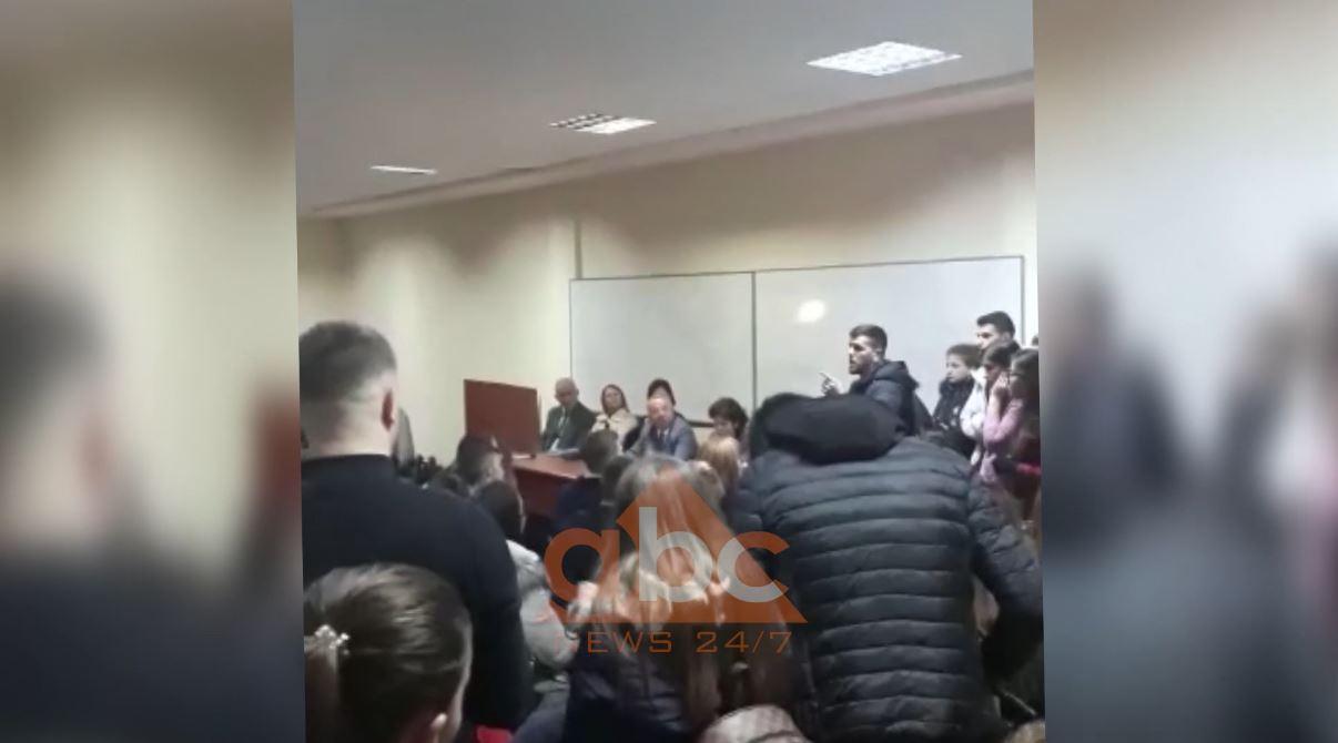 Studentët e Ekonomikut takohen me dekanin Dhori Kule (Video)