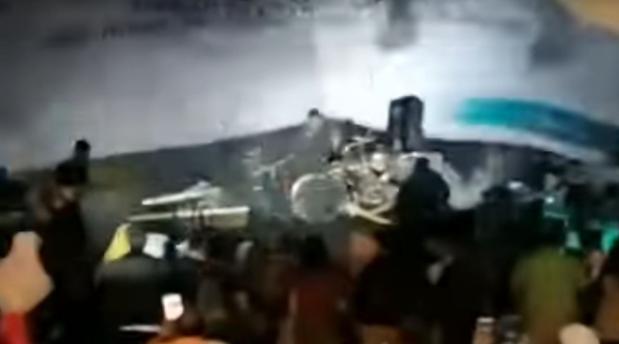 Grupi muzikor goditet nga tsunami gjatë performancës
