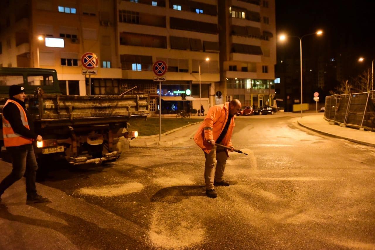 """Bashkia e Tiranës hedh gjatë natës kripë dhe skorje në rrugët e """"ngrira"""""""