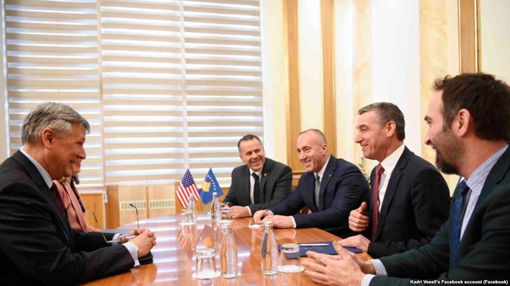 Taksa për produktet serbe, ambasadori amerikan takon Haradinajn