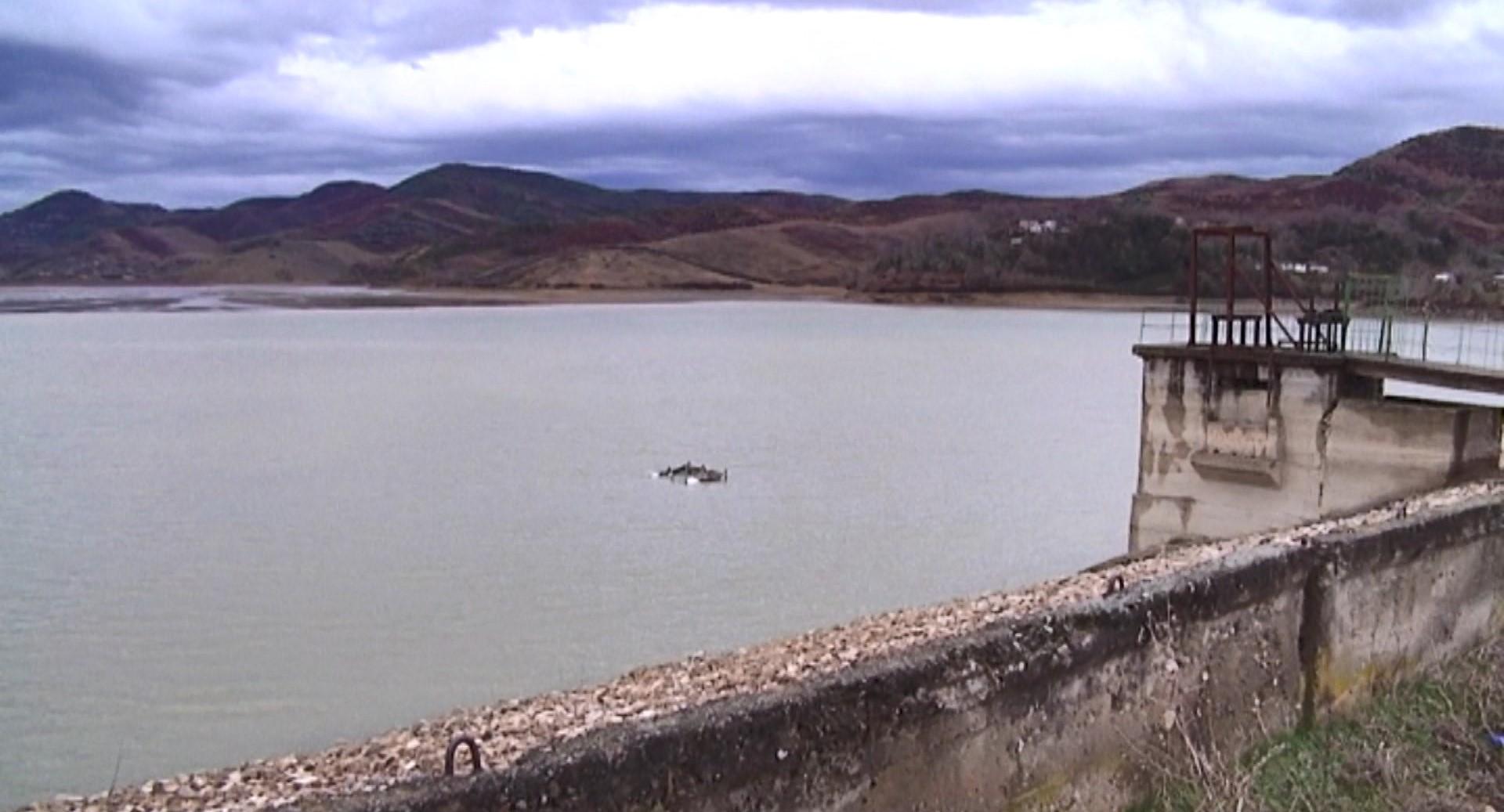 Rezervuari i Rrogozhinës nuk ka portë, rrezikohet vaditja në verë
