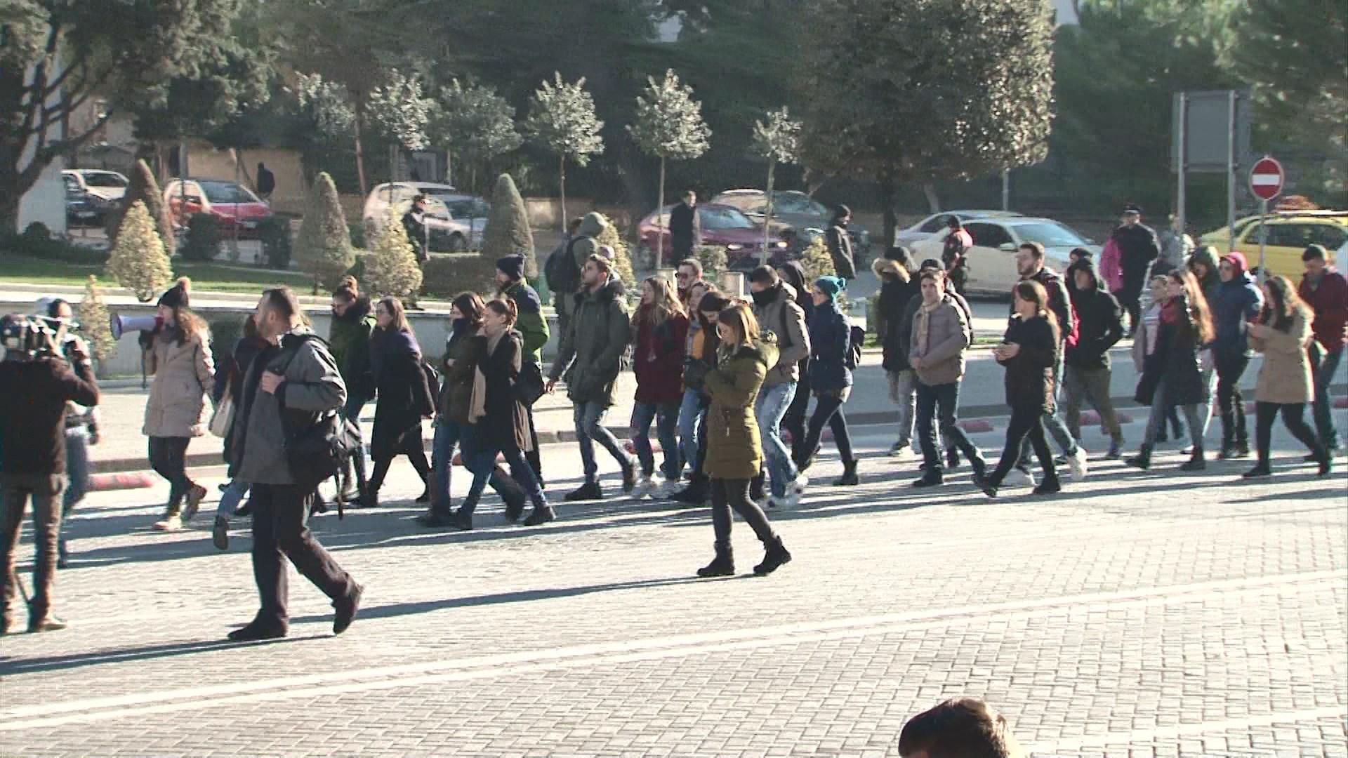 Studentët marshojnë edhe para ambasadës SHBA e Presidencës
