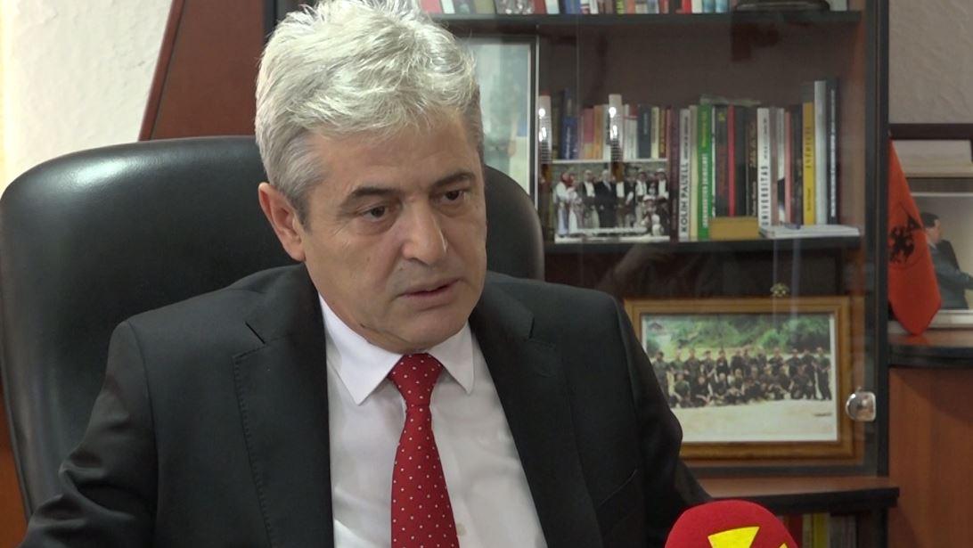 Ali Ahmeti i bie me grusht tavolinës: Shqiptarët me 6 parti, maqedonasit me 2
