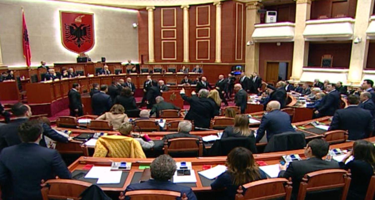 Kuvendi voton dekretet për shkarkimet dhe emërimet e ministrave