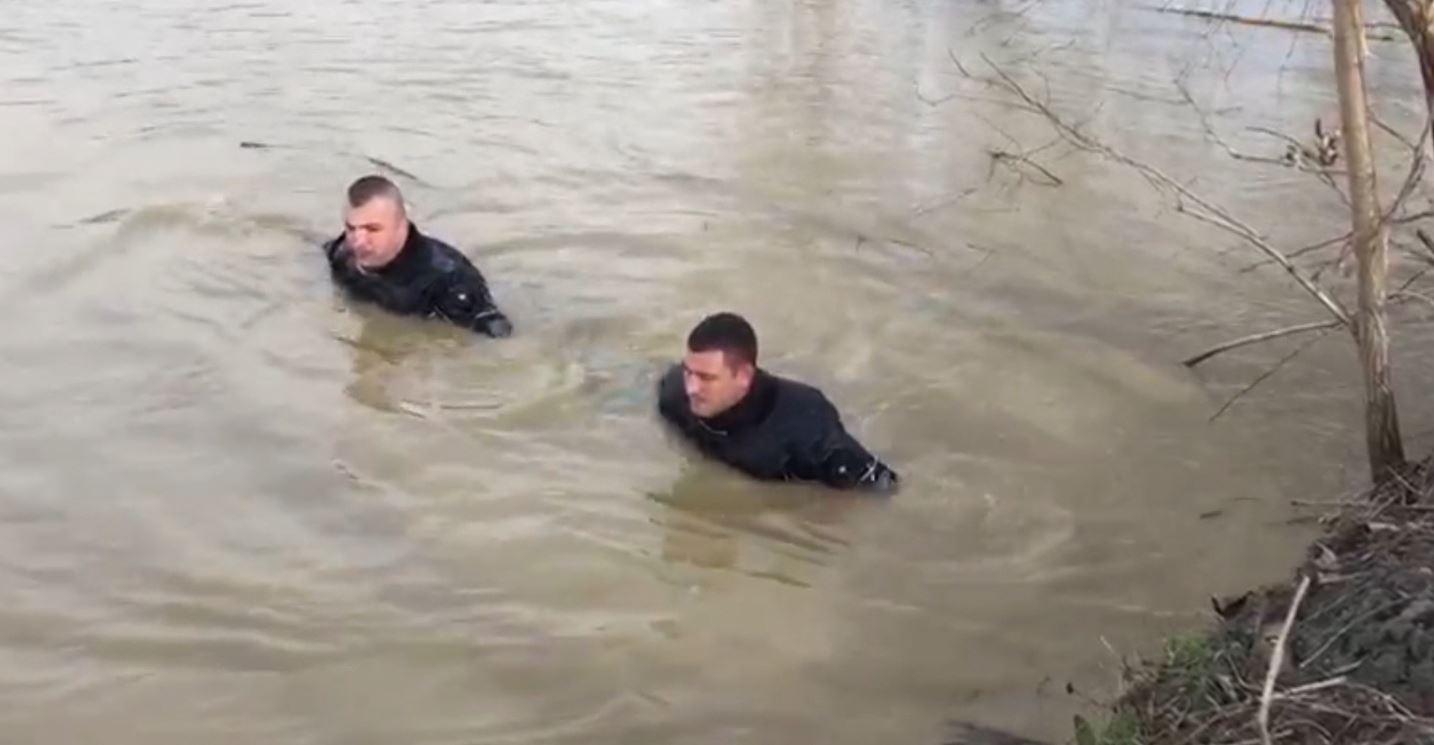 Nisin kërkimet për peshkatarin në lumin Drin