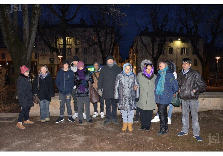 trois-des-quatre-familles-de-migrants-actuellement-a-la-rue-etaient-presentes-lundi-soir-place-de-la-barre-avec-des-benvoles-du-collectif-monnier-photo-a-w-1548755841.jpg